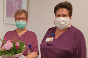 Stationsleiterin Ursula Eimers (r.) mit Pflegedirektorin Christa Hermes (l.) - hier bei ihrem 40-jährigen Dienstjubiläum