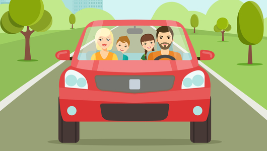 Eine Familie, Vater, Mutter und zwei Kinder fahren in einem roten Auto auf einer Straße.